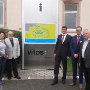 Martin Rabanus (Mitte) und Ernst-Ewald Roth (rechts) mit Geschäftsführer Stephan Köhler (2.v.r), dem Betriebsratsvorsitzenden Peter Schmitt (2.v.l) und der stellvertretenden Betriebsratsvorsitzenden Sabine Masur (links).