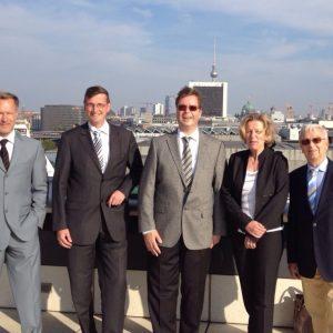 Martin Rabanus mit Unternehmern aus seinem Wahlkreis auf dem Dach des Reichstagsgebäudes.