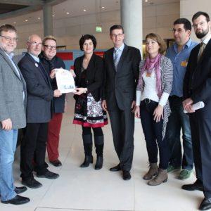 Die BI übergibt 750 Unterschriften an die Bundestagsabgeordneten Gustav Herzog (l.), Birgit Kömpel und Martin Rabanus (m)